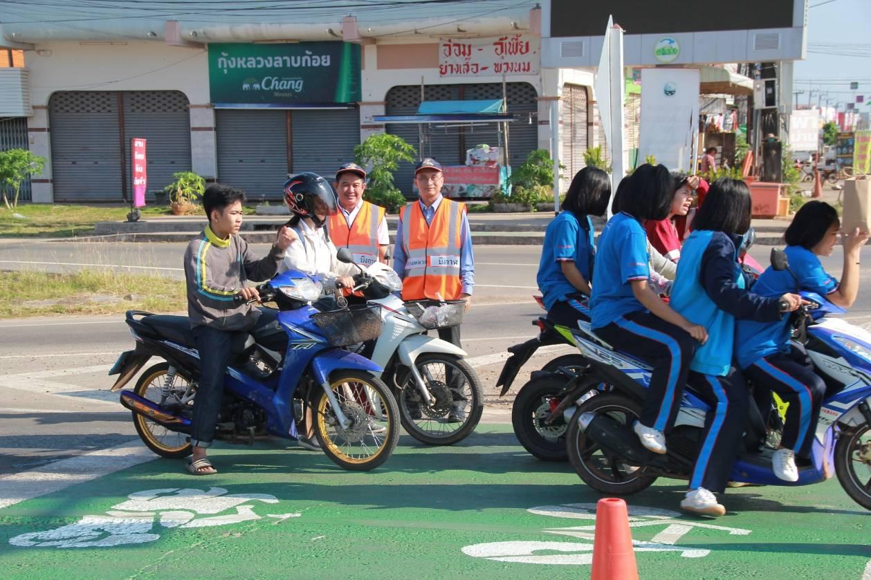 การทำเครื่องหมายจราจร บนผิวทาง (Bike block) เพื่อให้ประชาชนผู้ขับขี่รถจักรยาน และจักรยานยนต์ ในการจอดรอสัญญาณไฟบริเวณสี่แยก